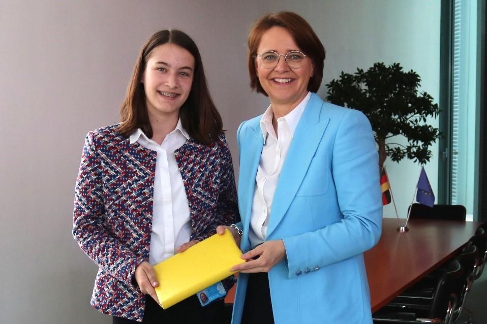 Bild: Staatsministerin Annette Widmann-Mauz MdB und Maren Höschle im Bundeskanzleramt